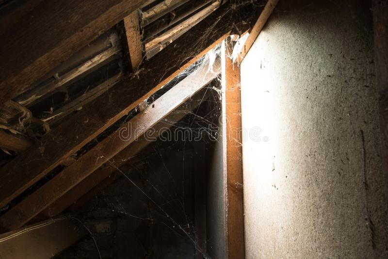 Luz de la ventana en ático abandonado viejo oscuro foto de archivo libre de regalías