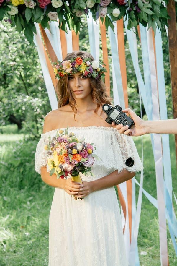 Luz de medição do fotógrafo com medidor de luz na menina bonita imagem de stock royalty free