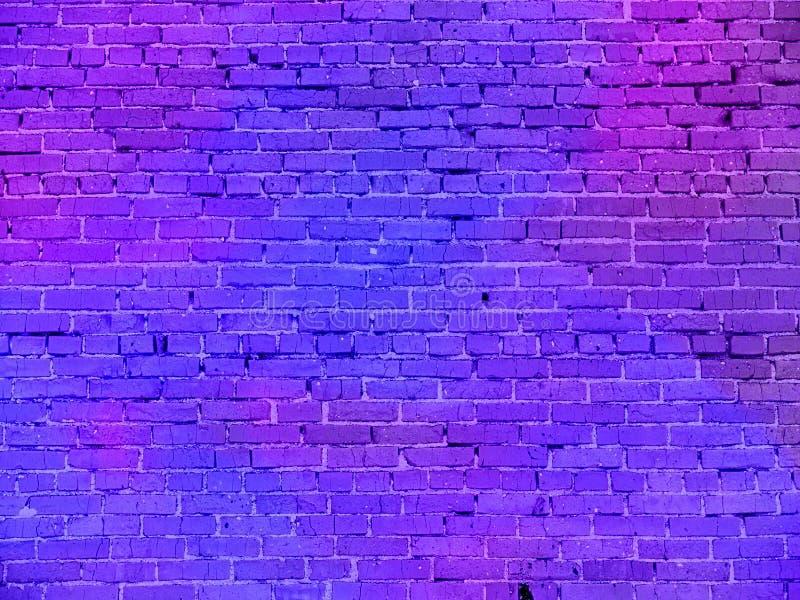 Luz de néon real na parede de tijolo fotografia de stock royalty free