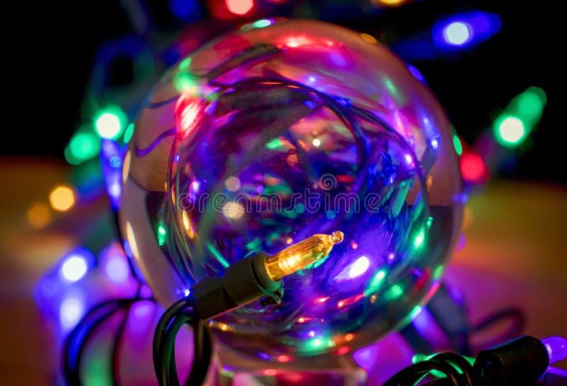 Luz de Natal através do ornamento de vidro fotografia de stock royalty free
