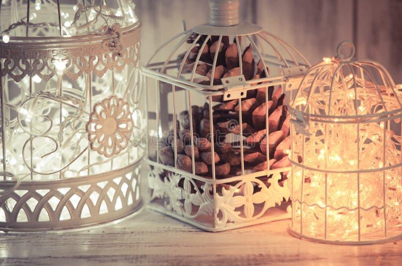 Luz de Natal em uma gaiola fotos de stock royalty free