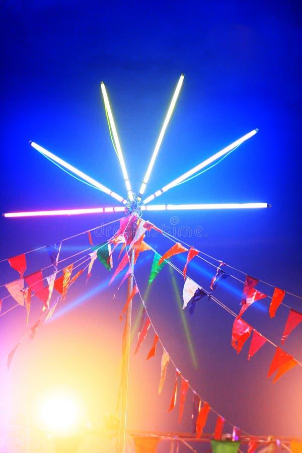 Luz de neón colorida hermosa en feria del templo con festival de la noche fotos de archivo