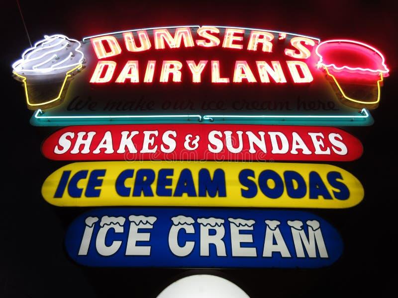 Luz de neón del soporte del helado en la noche imagenes de archivo