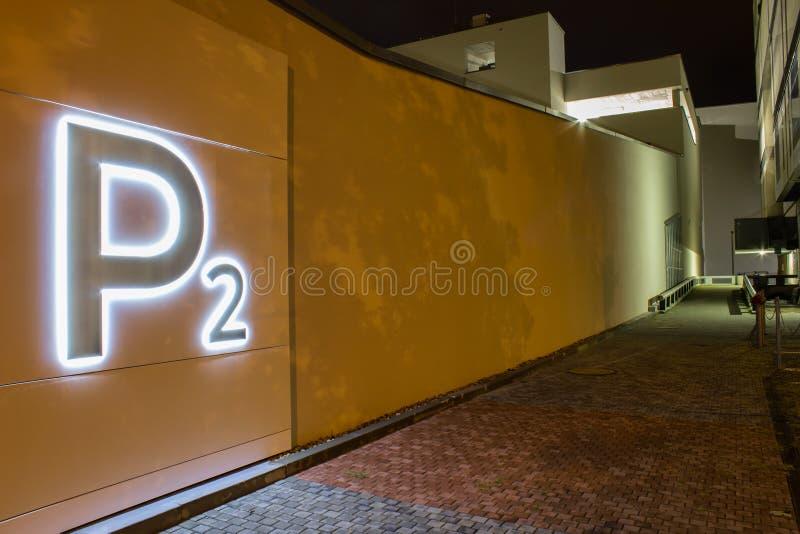 Luz de neón P2 en la pared en la ciudad Ceske Budejovice imagen de archivo libre de regalías