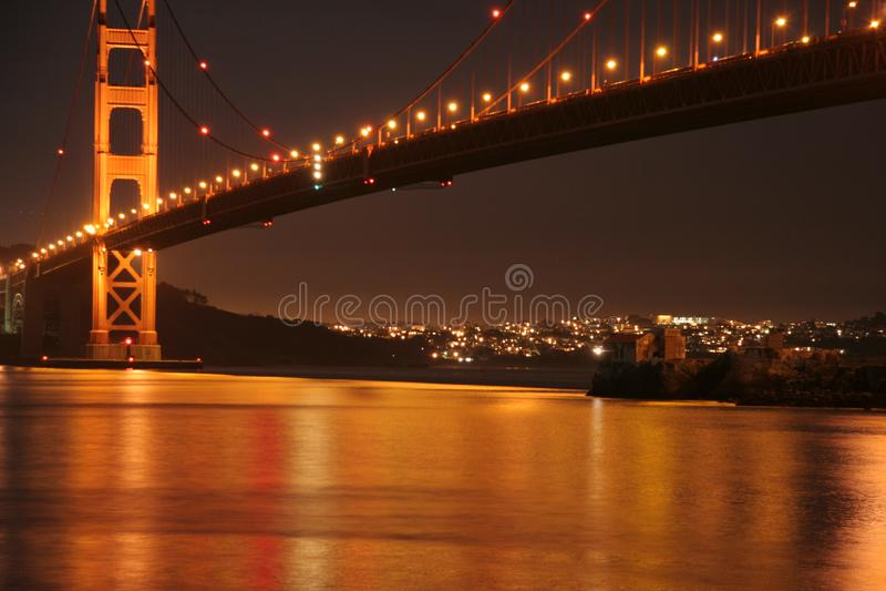 Luz de oro de la noche de puente Golden Gate imagen de archivo