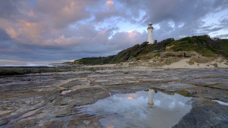Luz de oro de la ma?ana del verano en Norah Head Light House, costa central, NSW, Australia imagenes de archivo