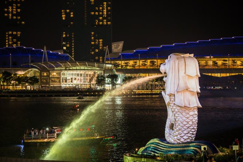 Luz de oro por la mañana en el parque de Singapur Marina Bay Merlion fotografía de archivo libre de regalías