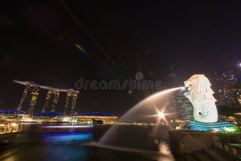 Luz de oro por la mañana en el parque de Singapur Marina Bay Merlion imagenes de archivo