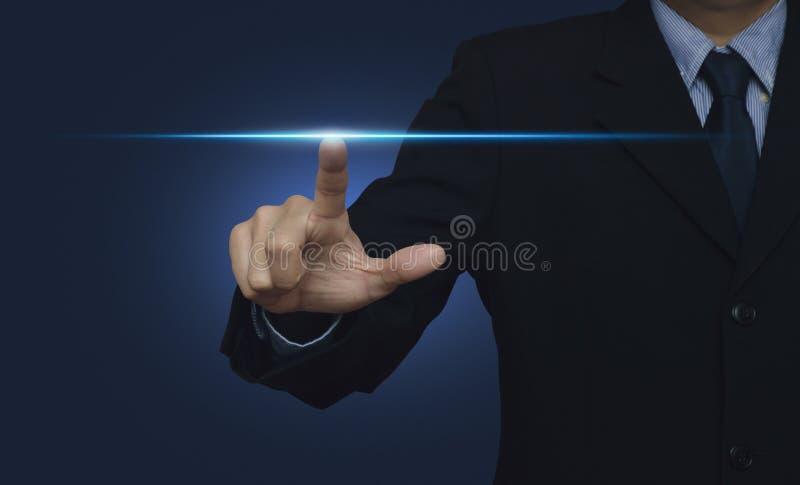 Luz de poder del presionado a mano del hombre de negocios sobre el fondo azul, inte foto de archivo libre de regalías