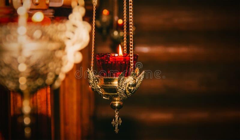 Luz de queimadura em uma lâmpada de cobre velha da igreja fotos de stock royalty free