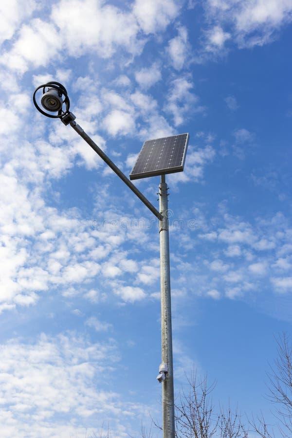 Luz de rua autônoma com bateria solar imagem de stock