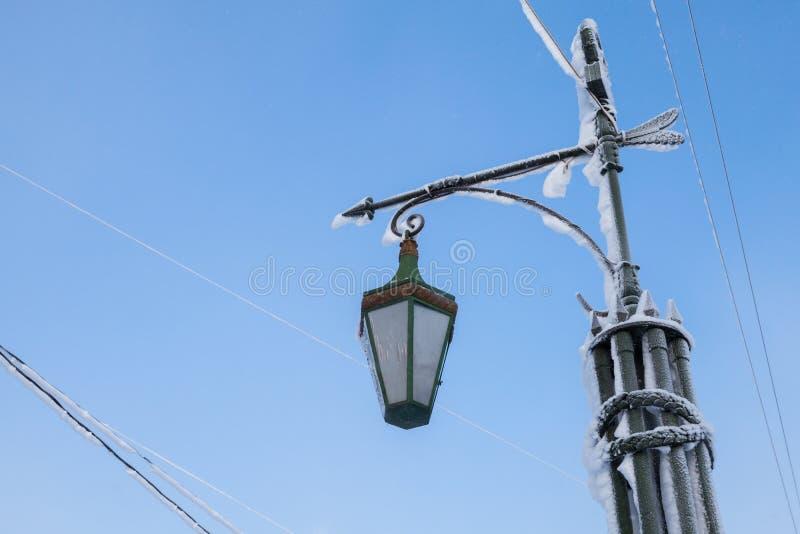 Luz de rua com geada sob o céu azul foto de stock
