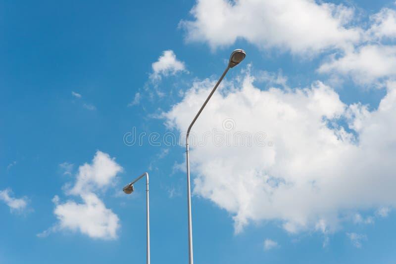 Luz de rua com a lâmpada do halogênio contra o céu azul imagem de stock