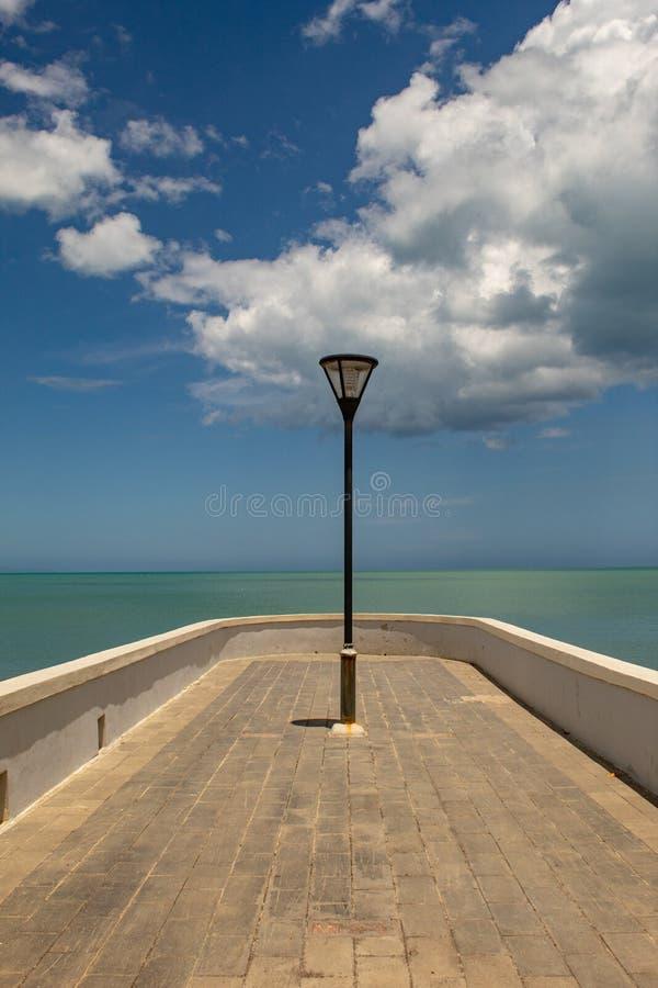 Luz de rua com o mar de surpresa do caribbran no fundo, na República Dominicana do passeio de Miches imagens de stock
