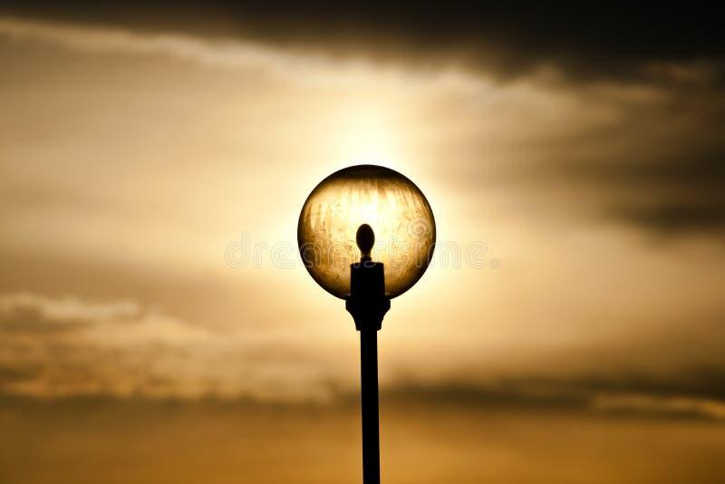 Luz de rua contra o fundo crepuscular foto de stock