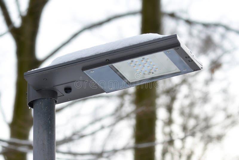 Luz de rua favorável ao meio ambiente posta solar do diodo emissor de luz durante o tempo nebuloso fotografia de stock