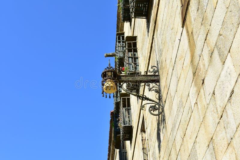 Luz de rua velha no quadrado de Quintana perto da catedral Paredes de pedra e detalhes do ferro Santiago de Compostela, Spain Céu fotos de stock
