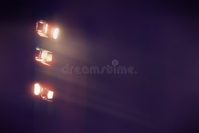 Luz de teatro no cinema no fundo escuro imagem de stock royalty free