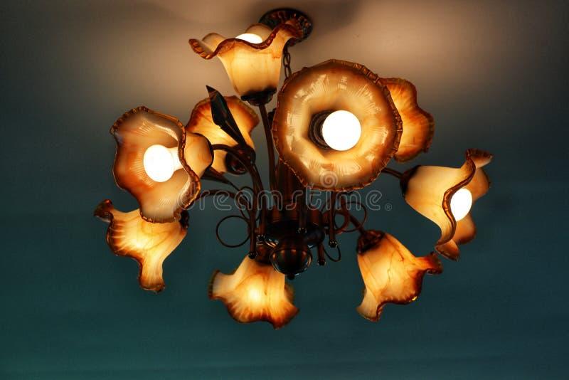Luz de techo, naranja hermosa, diseño moderno del estilo, fondo oscuro del vintage foto de archivo libre de regalías