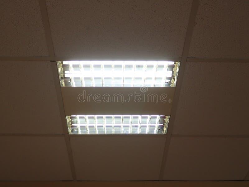 Luz de teto em um prédio de escritórios imagem de stock