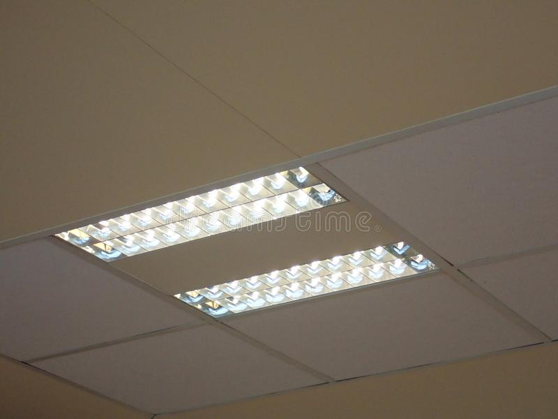 Luz de teto em um prédio de escritórios foto de stock royalty free