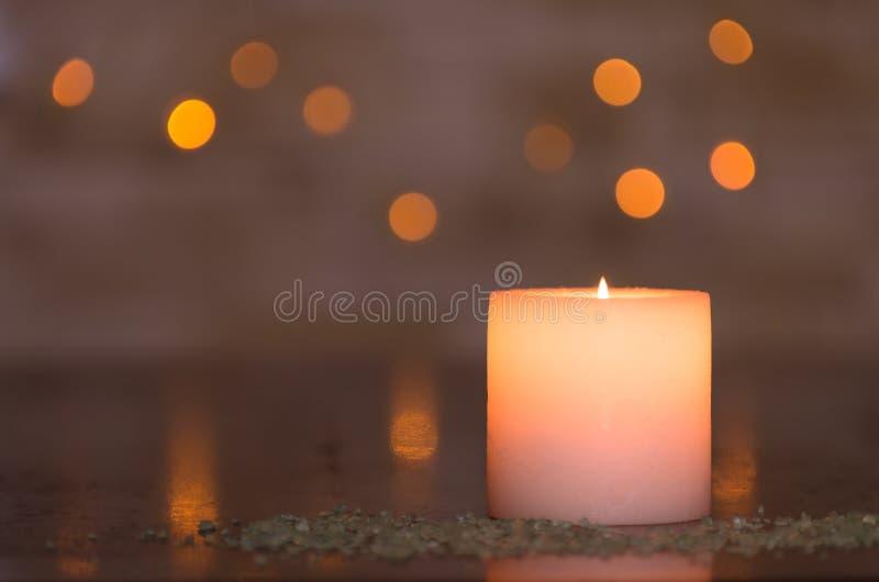 Luz de una vela cambiante con un bokeh ligero borroso agradable Perfeccione para el balneario foto de archivo