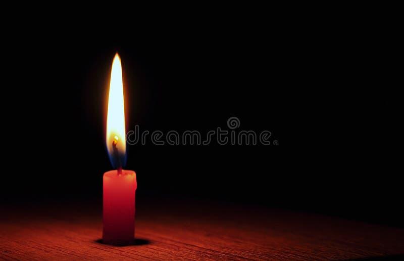 Luz de una vela roja foto de archivo