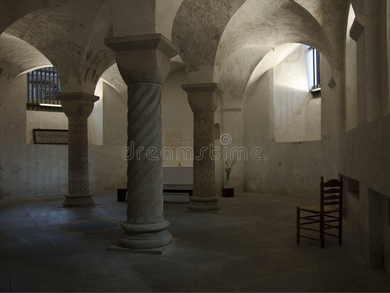 Luz de una vela serena en cripta antigua fotos de archivo