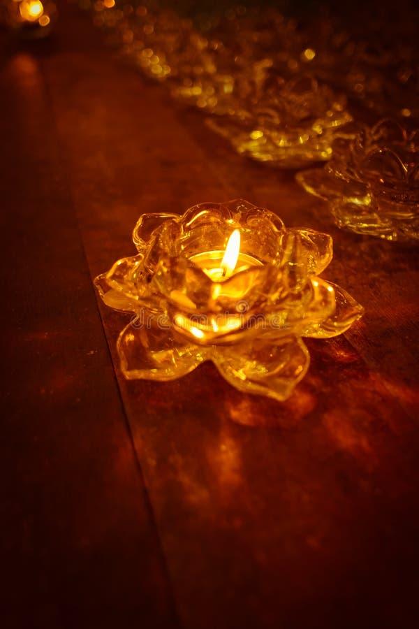 Luz de vela na roseta da bandeja em de madeira velho imagens de stock
