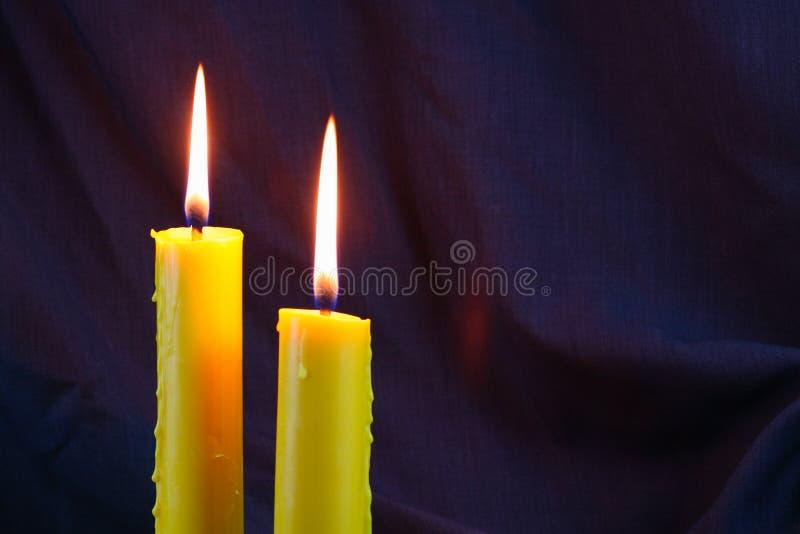 Luz de vela próxima acima sobre o preto, fundo do dia de Dia das Bruxas fotos de stock