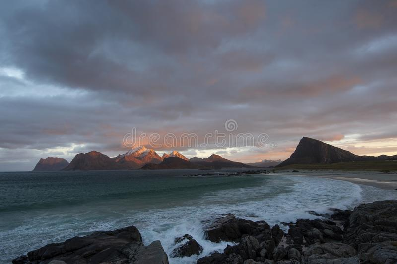 Luz del día de descoloramiento en la playa cerca de Stor Sandnes en la isla de Flakstad, Lofoten fotos de archivo libres de regalías