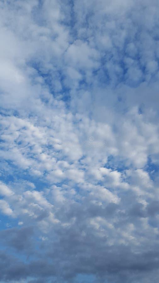 Luz del día de las fotos del cielo pocos wvening imagen de archivo