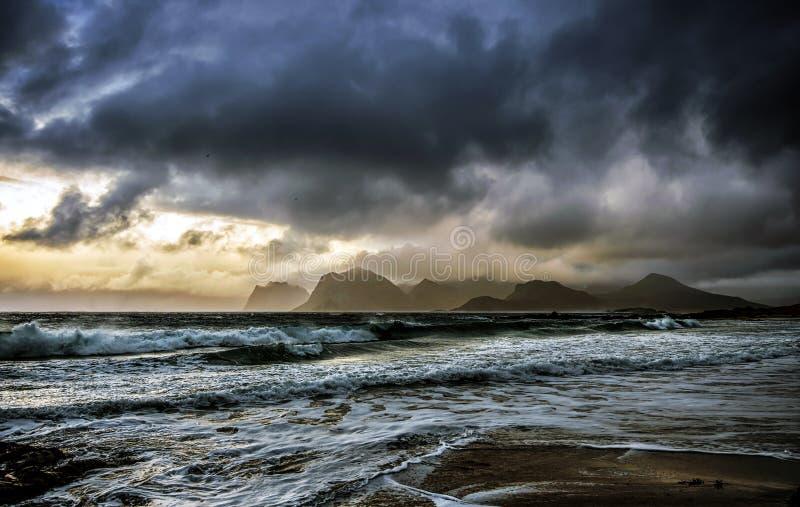 Luz del día de noviembre con una tormenta entrante de la elaboración de la cerveza imagen de archivo