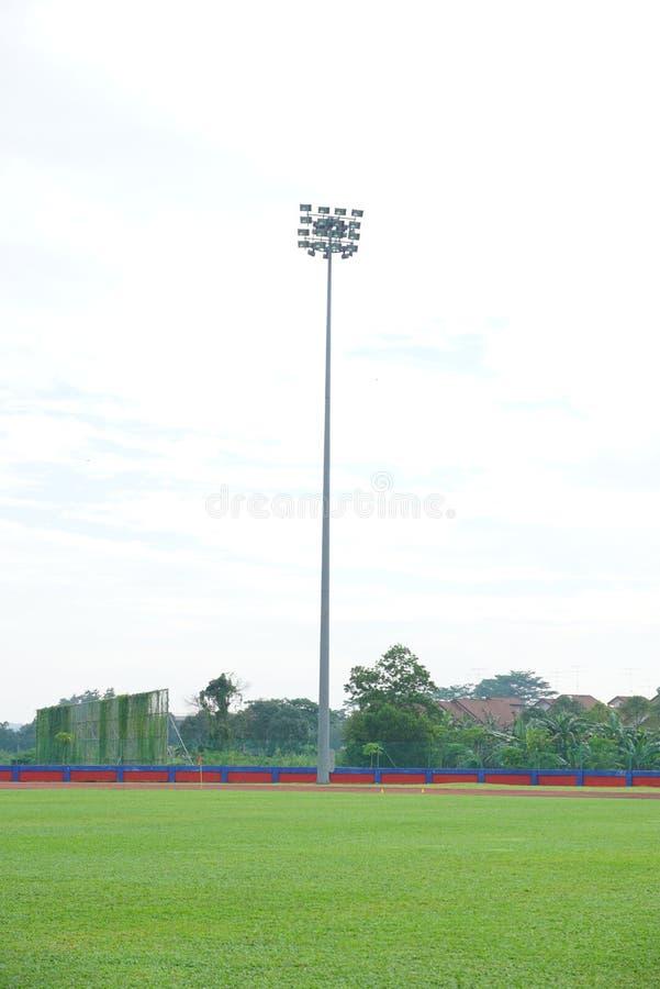 Luz del estadio dentro de un estadio con el cielo cubierto imagenes de archivo