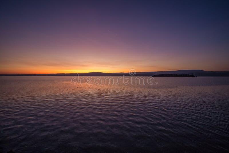 luz del Pre-amanecer en el lago fotos de archivo libres de regalías
