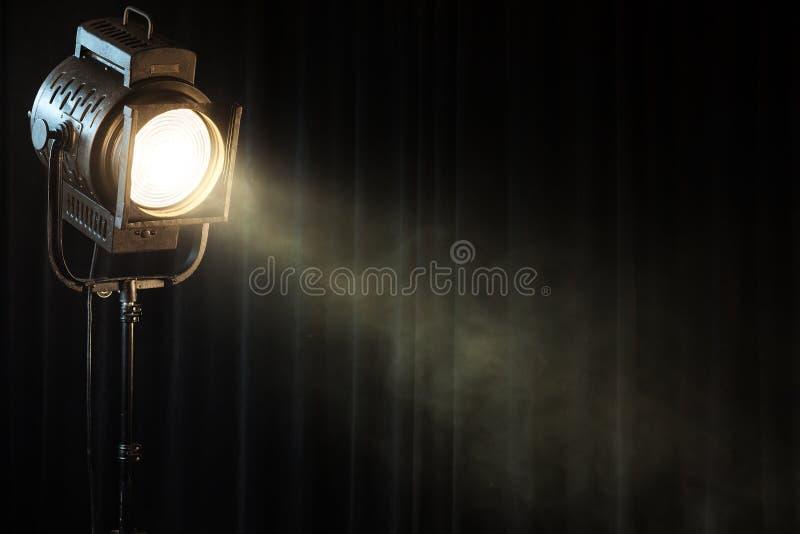 Luz del punto del teatro de la vendimia en la cortina negra imagen de archivo libre de regalías