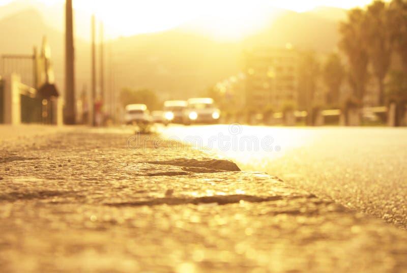 Luz del sol de detrás las montañas en el tiempo de la puesta del sol en el borde de la carretera en Italia imágenes de archivo libres de regalías