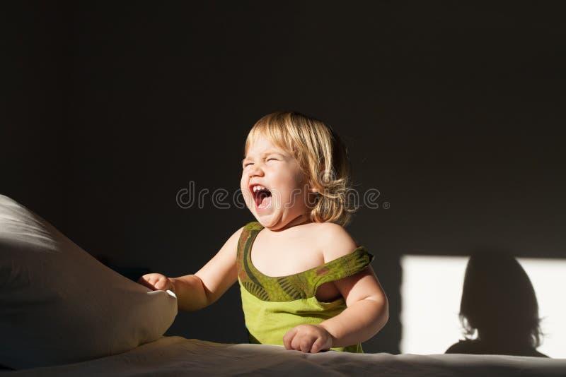 Luz del sol de griterío del bebé fotografía de archivo