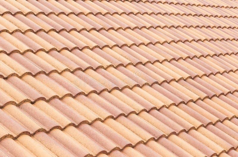 Luz del sol de las tejas y del cielo de tejado Instalación del concepto de los contratistas de techos ilustración del vector