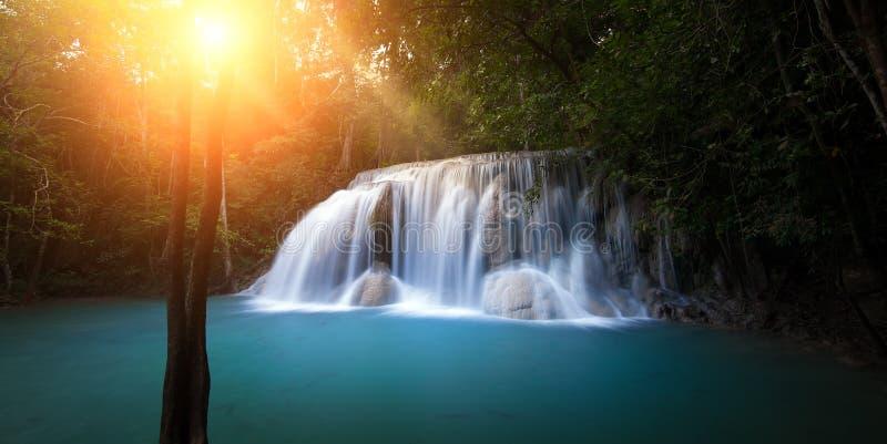 Luz del sol en bosque con la cascada imagen de archivo libre de regalías
