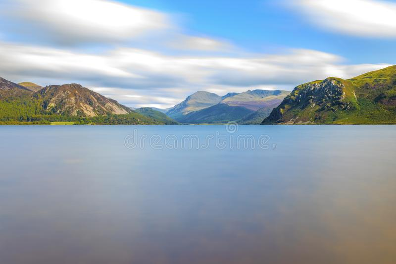 Luz del sol en el agua de Ennerdale, Cumbria, el distrito del lago, Inglaterra fotos de archivo libres de regalías