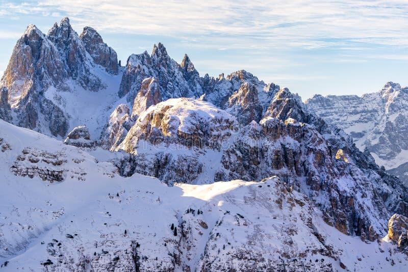 Luz del sol hermosa en un paisaje de la montaña, dolomías, Italia fotografía de archivo libre de regalías