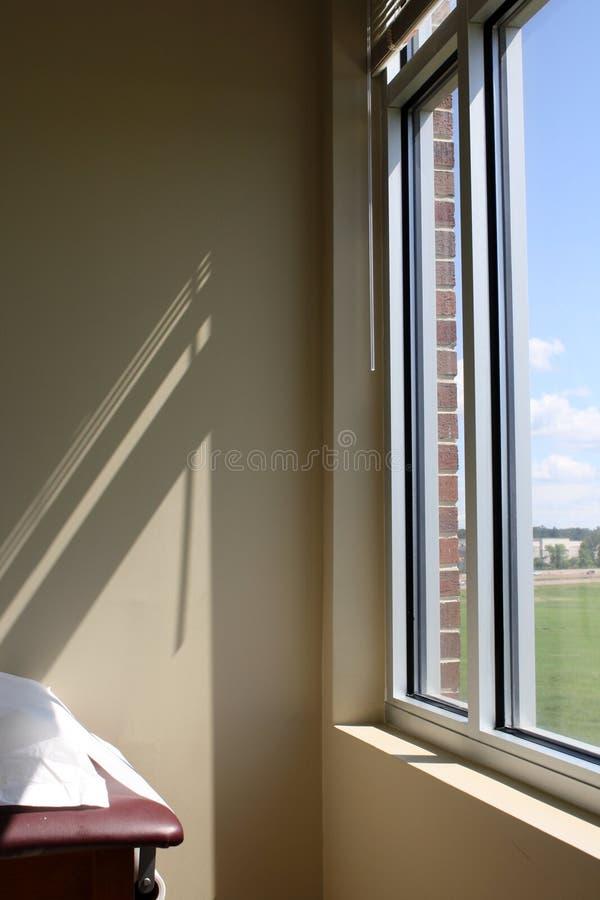 Luz del sol que emite a través de una ventana fotos de archivo libres de regalías