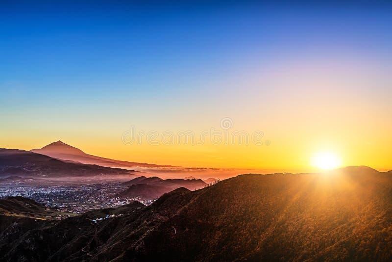 Luz del sol sobre las montañas y el volcán de Teide fotografía de archivo libre de regalías