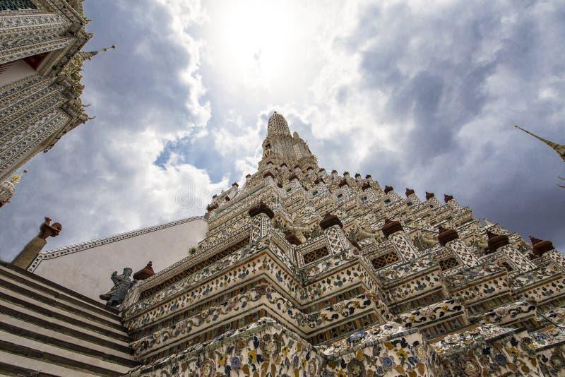 Luz del sol sobre Wat Arun, templo del budismo, en Bangkok Tailandia fotografía de archivo libre de regalías