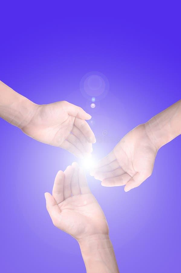 Luz del sol a través de las manos imagen de archivo