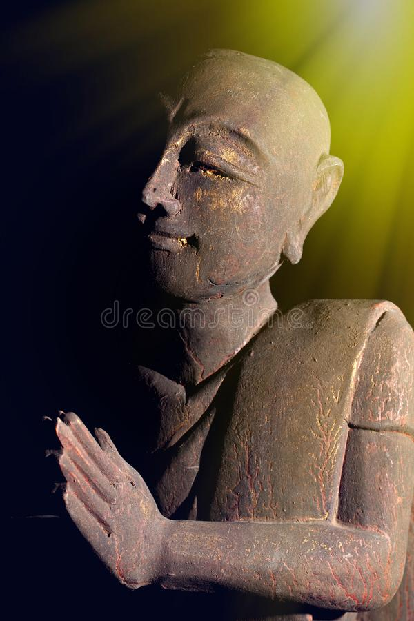 Luz divina de despertar espiritual Monje budista en pra sereno imagen de archivo