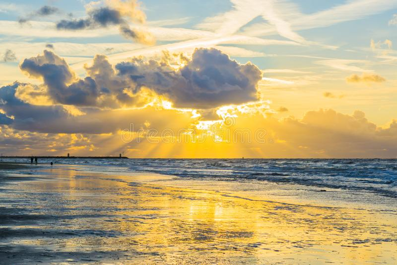 Luz do alvorecer no pôr do sol na praia com areia molhada e ondas no fundo da paisagem do oceano do mar imagens de stock