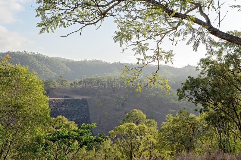 Luz do amanhecer em uma parede da represa imagens de stock royalty free