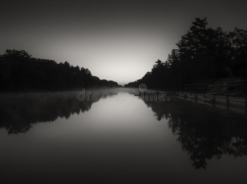 A luz do amanhecer traz para fora a forma do rio e do silhoue foto de stock royalty free
